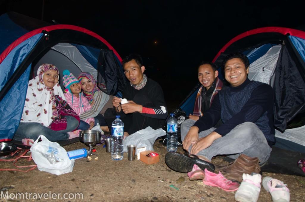 camping bareng pengantin baru nih ;)