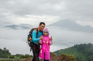 Nadia menjejak bukit Sikunir bersama om Ivan yg juga jadi pemandu kami