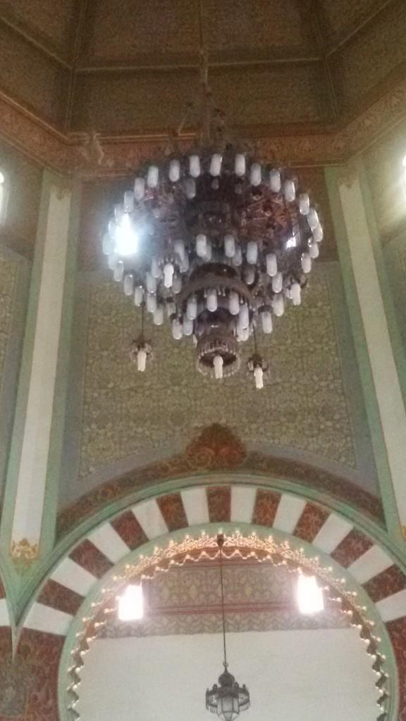 lampu hias di dalam masjid