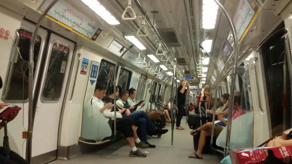 suasana saat kami naik MRT