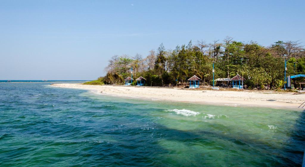 salah satu pemandangan di bibir pantai Pulau Panjang