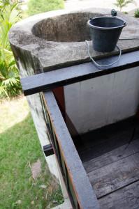 sumur yg sengaja dibuat tinggi untuk mencegah musuh meracuni air didalamnya