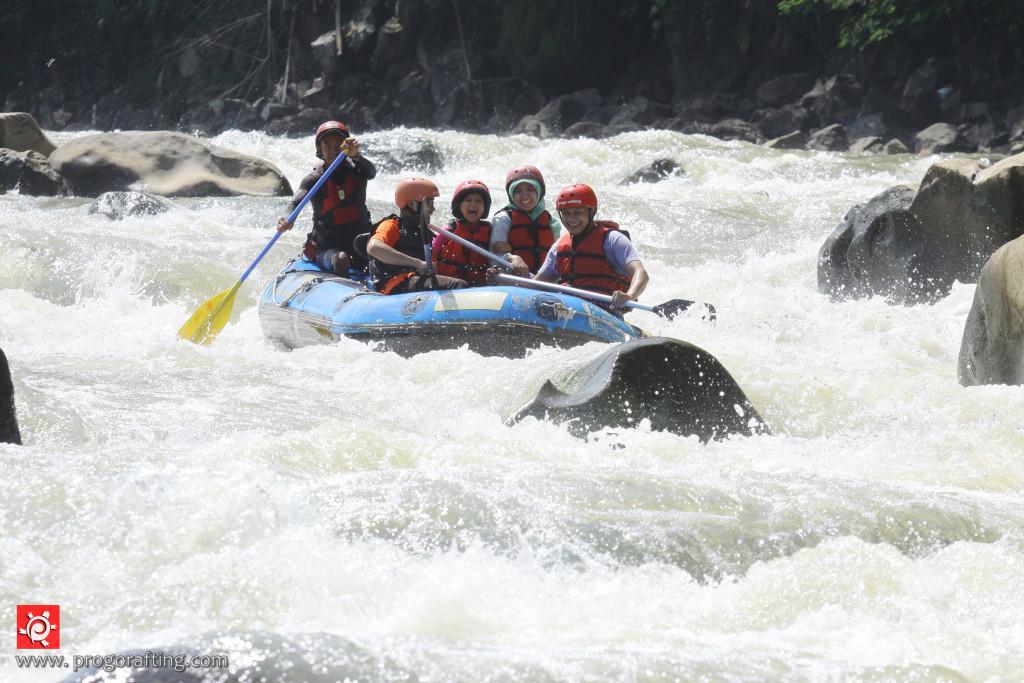 serunya berarung jeram di sungai Progo