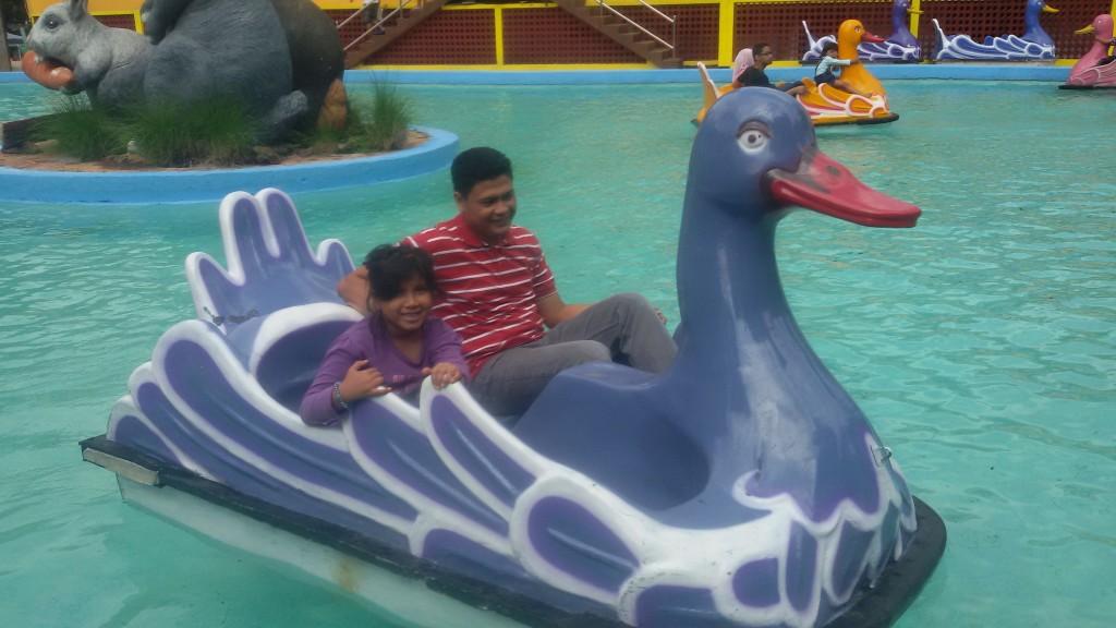 asyiknya naik sepeda air sama papa :)