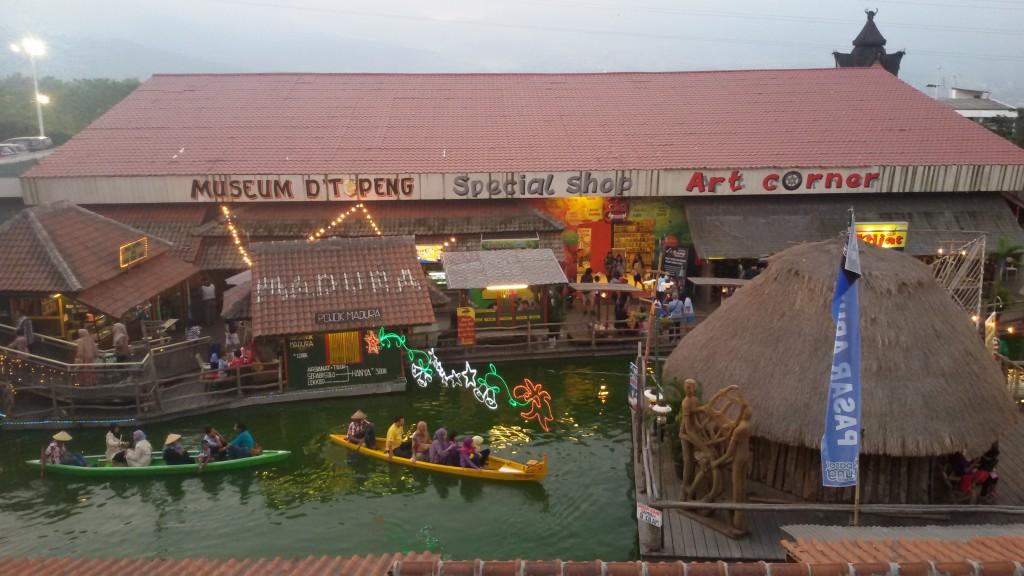 kami juga mampir ke pasar apung lho, seruu :)