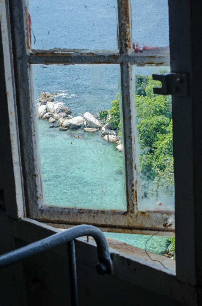 birunya laut di pulau Lengkuas Belitung dari balik jendela mercusuar