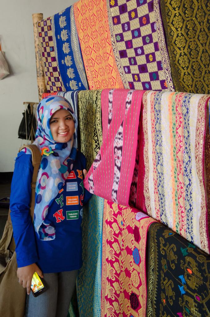 kain khas Lombok ini harganya sama seperti tiket jakarta-singapore pp lho, pilih mana hayo??