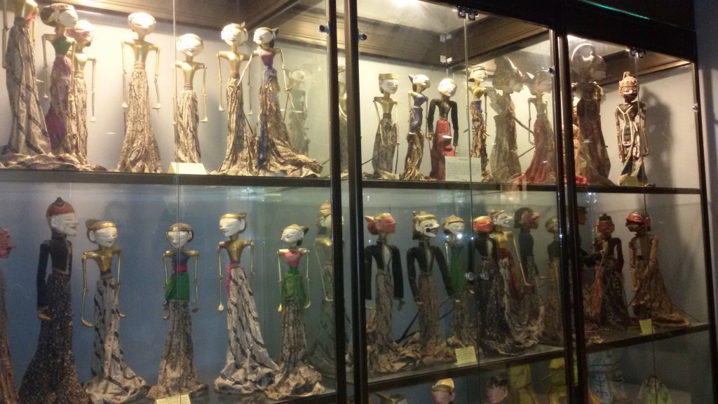 beberapa koleksi wayang di D'Topeng