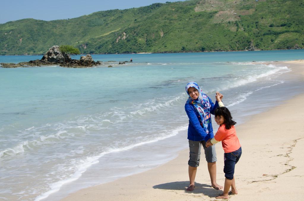 kami di Pantai Kuta, Lombok