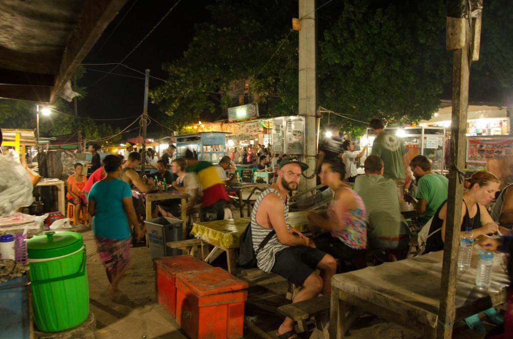 para bule yg lagi asyik nyobain menu Indonesia