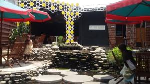 kolam ikan di halaman belakang DEqiko