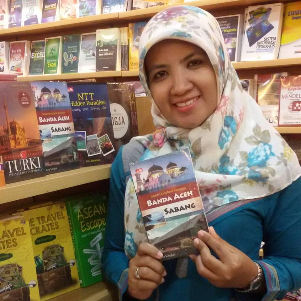 yaaayy.. akhirnya buku aku mejeng di Gramedia :)