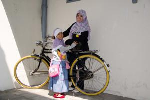 entah sepeda siapa ini pokoknya pengen mejeng aja ama sepeda tua ini hehee...