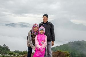 horee..berhasil mendaki bukit Sikunir :)