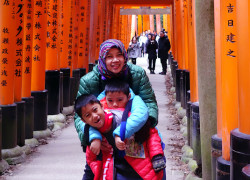 Mbak Tesya&kids saat traveling ke Jepang. foto dipinjam dr tesyablog.com