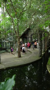 pengunjung mulai meninggalkan museum