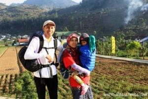Mak Lina sat naik gunung bersama suami&Chila. foto di pinjam dr linasasmita.com