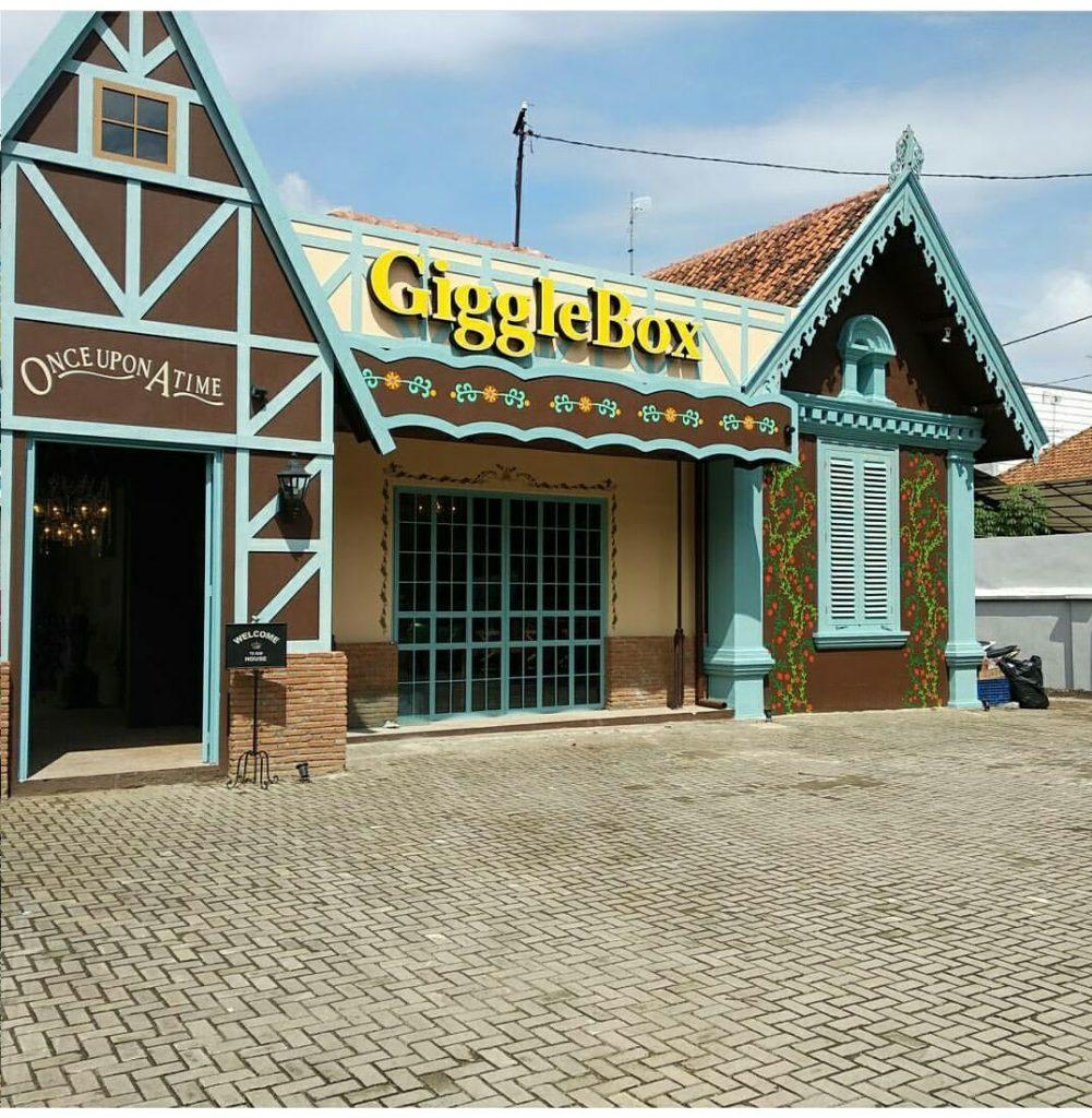 Giggle box village Kompol Maksum